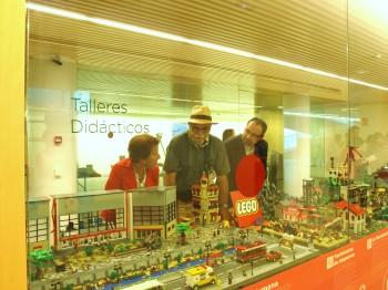 Eudald Carbonell y Aurora Martín junto a Javier Campo visitando la exposición