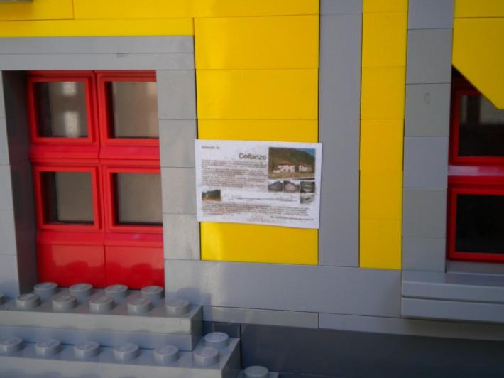 Se han intentado reproducir algunos elementos singulares, como la placa que explica la historia de la estación